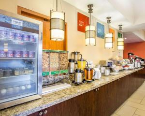A restaurant or other place to eat at Comfort Suites Clovis