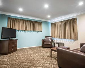 A television and/or entertainment centre at Rodeway Inn & Suites