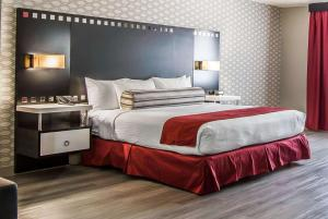 A bed or beds in a room at Tilt Hotel Universal/Hollywood, Ascend Hotel Collection