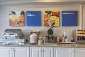 Кухня или мини-кухня в Comfort Inn & Suites Moose Jaw