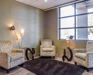 A seating area at Comfort Inn Brockville
