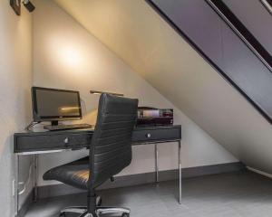 Телевизор и/или развлекательный центр в Comfort Inn Val D'Or