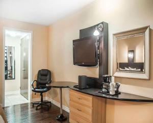 A television and/or entertainment center at Quality Hotel Fallsview Cascade