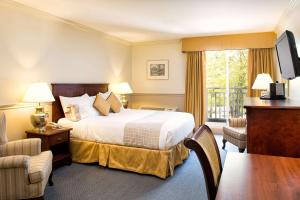 A bed or beds in a room at Inn on the Lake, Ascend Hotel Collection