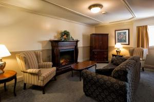 A seating area at Inn on the Lake, Ascend Hotel Collection