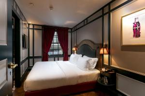A bed or beds in a room at Mimi's Hotel Soho