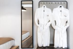 Een badkamer bij The Athenians Modern Apartments