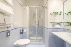 A bathroom at Hotel Davanzati