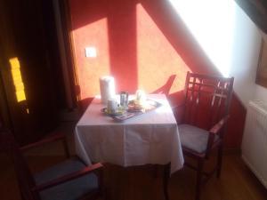 A restaurant or other place to eat at Chambres d'Hôtes La Ferme du Bout de la Ville