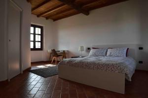A bed or beds in a room at Agriturismo Cascina Mora