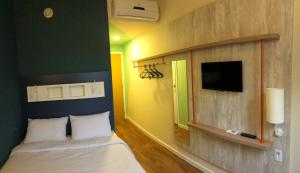 A bed or beds in a room at Ibis Budget Petropolis