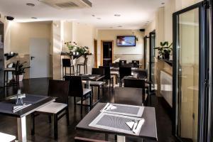 Un restaurante o sitio para comer en Hotel Puerta de la Santa