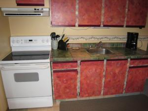 A kitchen or kitchenette at Fossil Beds Guesthouse