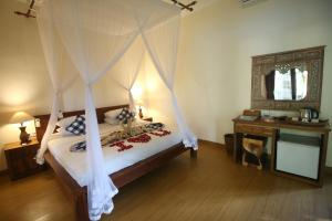A bed or beds in a room at Villa Capung Mas Ubud