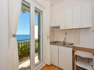 A kitchen or kitchenette at Apartments Nera