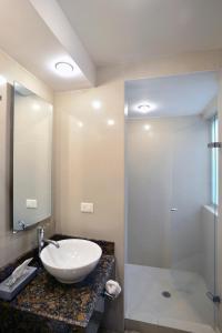 A bathroom at Suites Cicerón