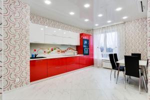 A kitchen or kitchenette at Home Like on Makovskogo 26 - 916