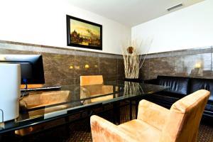 Uma área de estar em SANA Executive Hotel