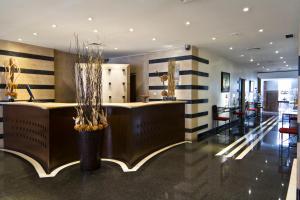 A área de receção ou átrio de SANA Executive Hotel