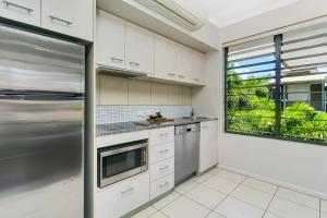 A kitchen or kitchenette at Tranquil Palms @ Trinity Beach