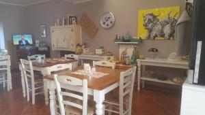 A restaurant or other place to eat at B&B La Chora Di Paestum