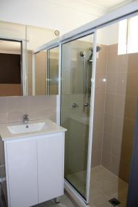 A bathroom at Civic Motor Inn