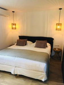 A bed or beds in a room at Hôtel Case Latine