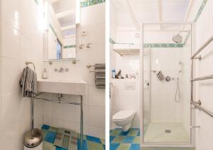 A bathroom at La Chambre Parisienne - B&B
