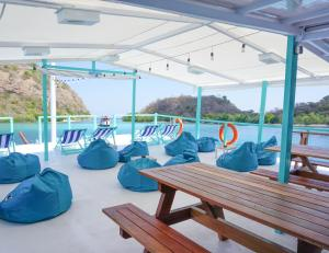 A restaurant or other place to eat at Le Pirate Boatel - Floating Hotel