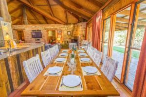A restaurant or other place to eat at Monkey Place Country House