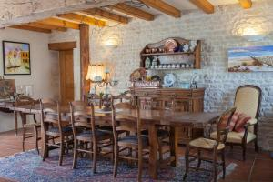 A restaurant or other place to eat at La Clef des Champs