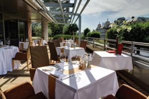 A restaurant or other place to eat at Westend Hotel Budapest