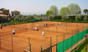 Tennis and/or squash facilities at Hotel Garden or nearby