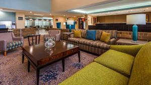 The lounge or bar area at Best Western Warren Hotel