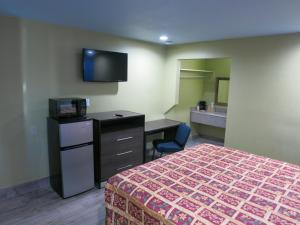 A bed or beds in a room at Gateway Inn Tulsa