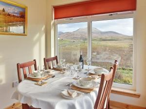 A restaurant or other place to eat at Padraig's Cottage