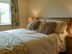 A bed or beds in a room at Tryfan