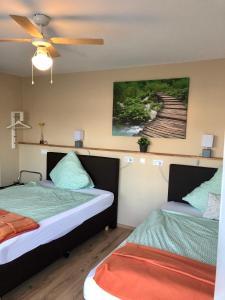 Ein Bett oder Betten in einem Zimmer der Unterkunft Kraft Hotel - Kontaktloser Check-in!