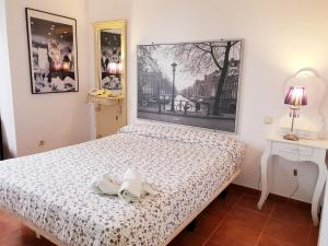 A bed or beds in a room at Hotel Doña Matilde