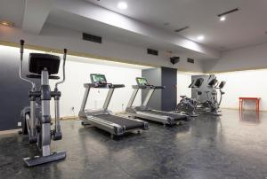 The fitness centre and/or fitness facilities at Hotel Tres Reyes