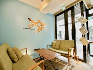 A seating area at Osaka Guesthouse HIVE