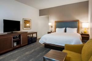 A bed or beds in a room at Hampton Inn & Suites Newport/Cincinnati, KY