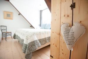 Een bed of bedden in een kamer bij Boutique B&B Villa Heidetuin