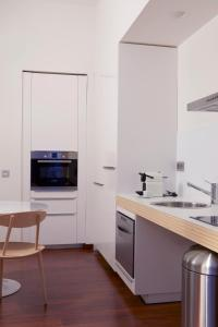 A kitchen or kitchenette at 60 Balconies Recoletos
