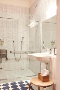 A bathroom at 60 Balconies Recoletos