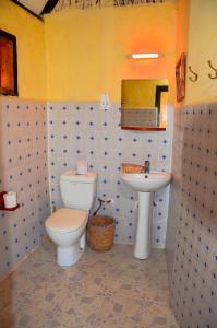 A bathroom at L'Oasis Lodge