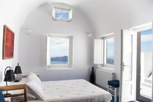 A bed or beds in a room at Whitedeck Santorini