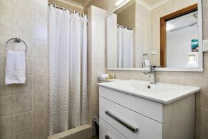 A bathroom at Lorhiti Apartments