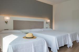 A bed or beds in a room at Paradis Blau Boutique Hotel