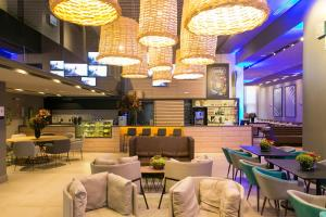 A restaurant or other place to eat at Novotel Curitiba Batel